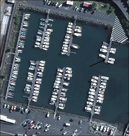 Dans le port de plaisance, combien voyez-vous d'embarcations dans l'endroit indiqué par la flèche ?