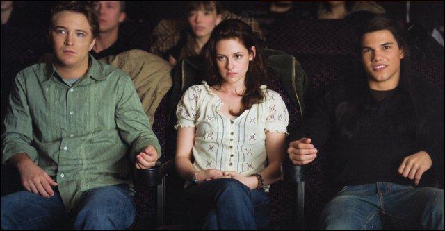 Qui va vomir quand il est au cinéma avec Bella ?