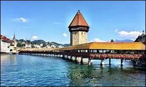 Dans quelle ville suisse, le pont en bois couvert Kapellbrücke se trouve-t-il ?