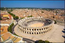 Dans quel département se trouve la ville de Nîmes ?