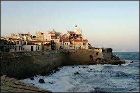 Dans quel département se trouve la ville d'Antibes ?