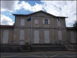 Je vous propose de commencer notre balade à Asques. Commune néo-aquitaine, dans l'aire urbaine de Bordeaux, elle se situe dans le département ...