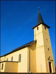 Nous sommes dans le Grand-Est devant l'église de l'Assomption de Phlin. Petit village de 42 habitants, dans l'arrondissement de Nancy, il se situe dans le département ...