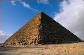 La plus haute pyramide du monde est celle de Khéops se situant à Gizeh en Égypte.
