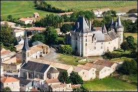 Voici une vue de Cherveux et de son château. Commune néo-aquitaine de l'arrondissement de Niort, elle se trouve dans le département ...