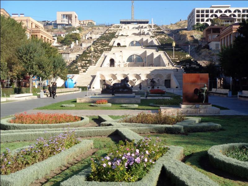 Quelle est cette capitale, bâtie sur les ruines de la ville antique d'Erebouni, fondée au huitième siècle avant notre ère ?
