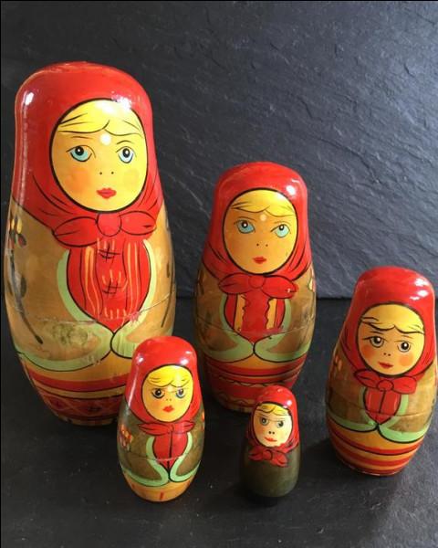 Enfin quelques jolis bibelots décorent sa vitrine, ce sont des matrioshkas, poupées qui s'emboîtent les unes dans les autres, et comme Madame-Je-sais-Tout ne peut pas s'empêcher d'étaler sa science, elle nous demande dans quel pays, ces poupées puisent leur origine, en 1890 avant d'être liées au pays dont elles sont désormais le symbole !