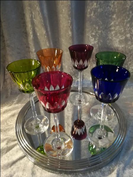 Quant aux verres en cristal, tout nouveaux et de toute beauté, dans lesquels elle nous sert, c'est à n'en pas douter, elle les a rapportés :