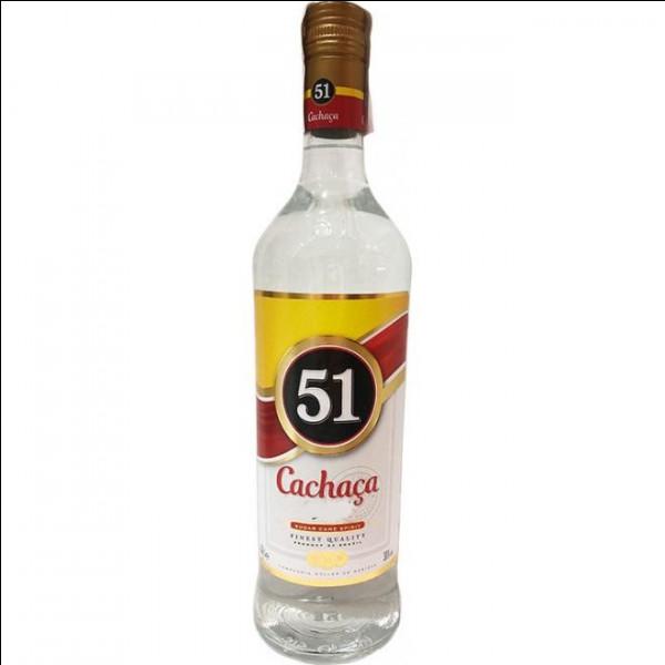 Toujours dans le bar, on aperçoit une bouteille toute neuve de cachaça ! Madame Je-Sais-Tout a donc voyagé loin... Jusqu'où ?