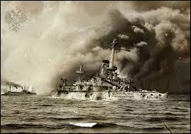Cette bataille navale oppose, les 27 et 28 mai 1905, la flotte russe de la Baltique et la Marine impériale japonaise : la victoire du Japon est totale. Le gouvernement russe, ne disposant plus de flotte ni de réserves terrestres suffisantes, est contraint d'entamer des négociations qui mettent fin à la guerre et se concluent par le traité de Portsmouth le 5 septembre 1905. C'est la bataille de ...