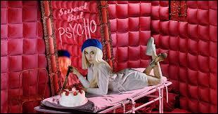 """En quelle année sort-elle son premier single """"Sweet but Psycho"""" ?"""