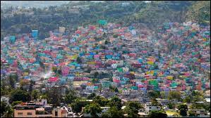 Où situez vous cette ville représentée par ses maisons multicolores ?