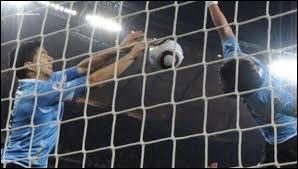 Un des cartons rouges de Luis Suárez est complètement fou. Il arrête avec ses mains le ballon qui entrait dans les cages, en coupe du monde. Contre quelle équipe était-ce ?