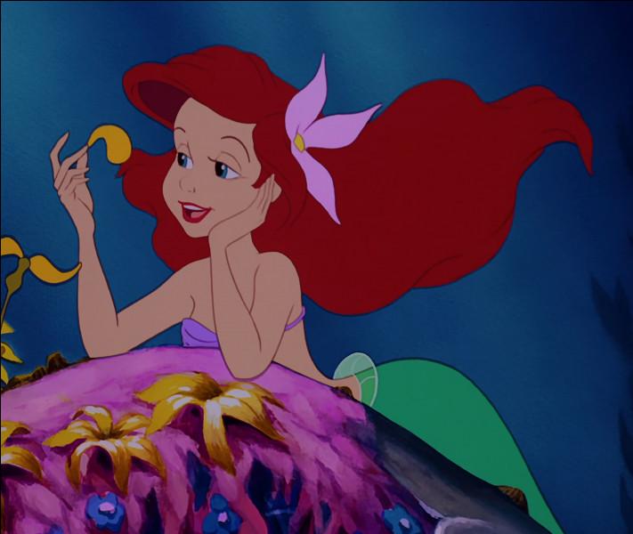 """Ariel dans """"La Petite Sirène"""" se démêle les cheveux avec un objet insolite ! Quel est cet objet ?"""