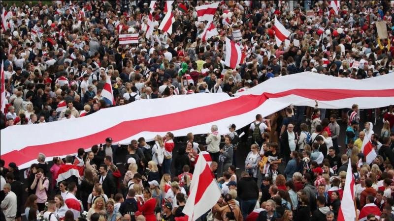 Quel dictateur européen organise-t-il sa propre inauguration le 25 septembre 2020 alors que des milliers de citoyens manifestent dans la rue ?