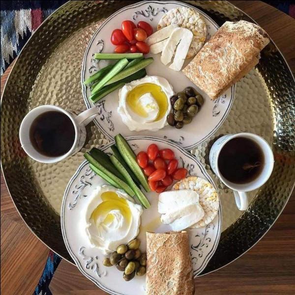 Le petit déjeuner est le repas le plus important de la journée.