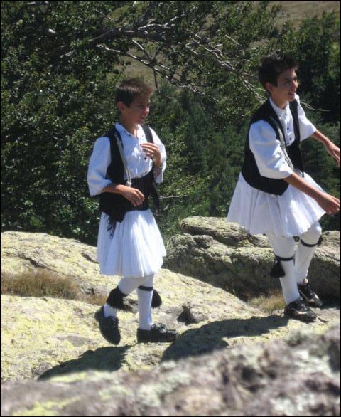 Les Saracatsanes - autrefois bergers nomades des Balkans - portent une fustanelle identique à celle des evzones grecs. Elle comporterait 400 plis : pourquoi ?