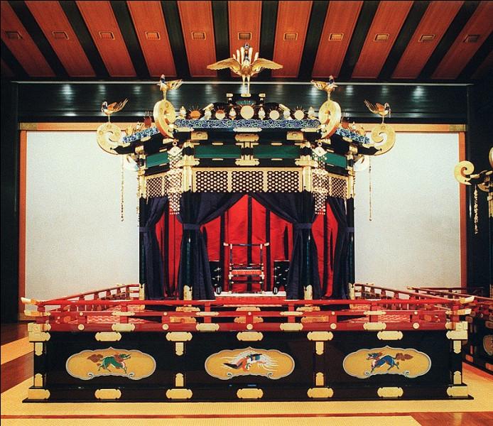 Sur la photo, vous pouvez voir le trône du chrysanthème.