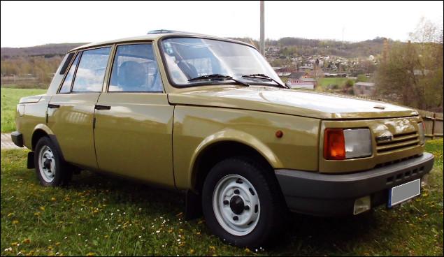 Voici la seconde voiture venue de la RDA. Elle est l'un des derniers modèles produits dans le pays avant la réunification de l'Allemagne. Comment s'appelle-t-elle ?