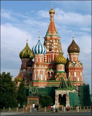 Quel saint est honoré par cette cathédrale sise sur la place Rouge à Moscou, symbole de l'architecture russe ?