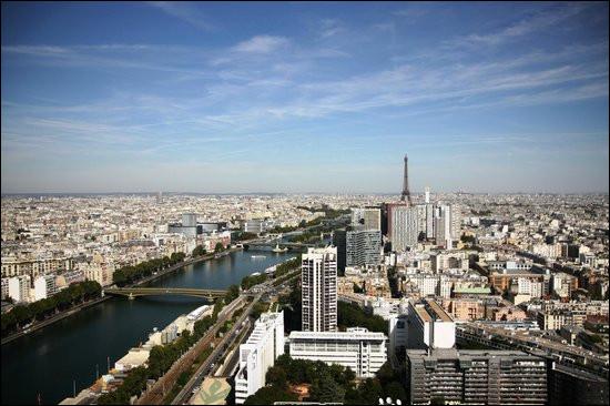 """Cette jolie vue de Paris a été prise à bord du """"Ballon de Paris"""". Quel nom porte aussi ce ballon servant d'attraction touristique ?"""