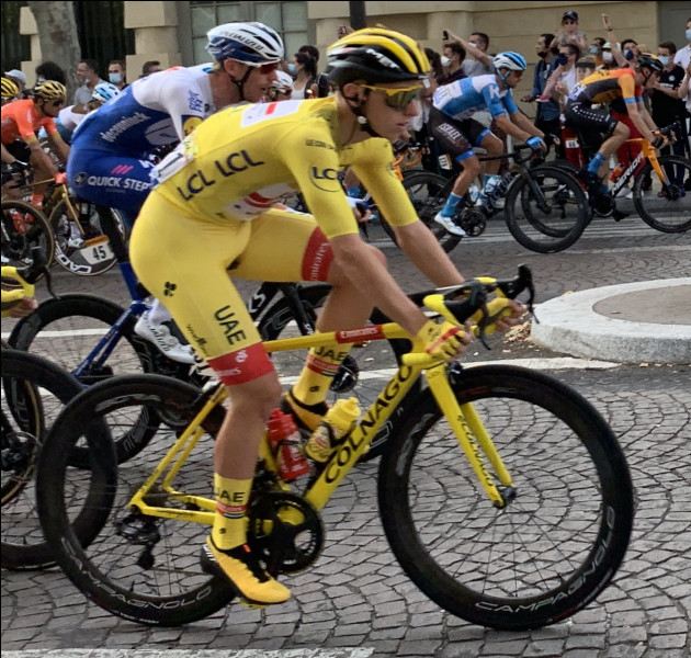 Tours est une ville de France située à l'ouest, en région Centre-Val de Loire. Le Tour de France est une compétition cycliste organiséE pour la première fois en 1903 par le journal l'Auto qui voulait augmenter ses ventes, caractérisée par le célèbre maillot jaune. En quelle année ce dernier fait-il son apparition ?