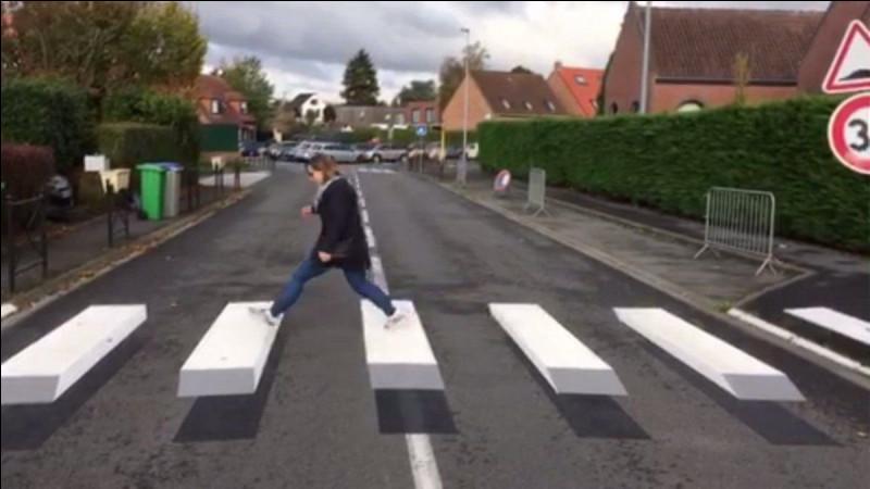 Une vieille dame traverse la rue, mais tombe que fais-tu ?