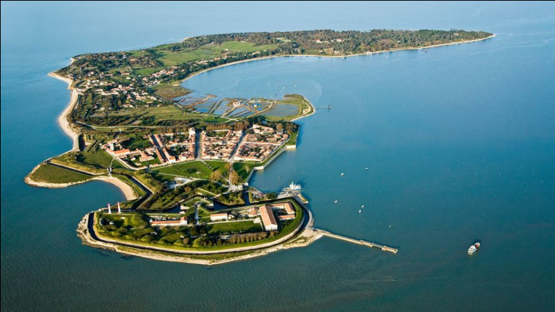 Pendant que nous sommes dans ce département, à côté de quel fort très connu se situe l'île d'Aix ?