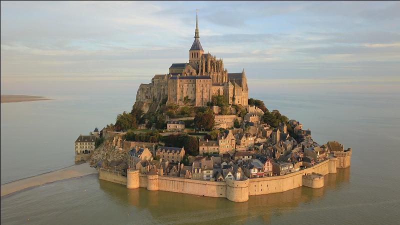 Dans le département de la Manche, voici le mont Saint-Michel qui devient une île lors de marées à fort coefficient ! Il fait d'ailleurs partie des sept nouvelles merveilles du monde.