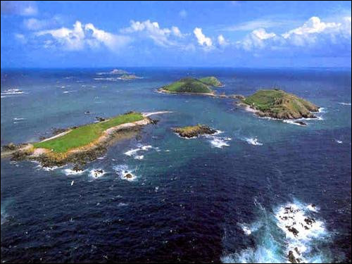 Direction la Bretagne ! À Perros-Guirec, dans les Côtes-d'Armor se trouve l'archipel des Sept-Îles. Pourtant il n'en comprend que cinq ! Alors pourquoi porte-t-il ce nom ?