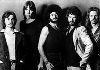 """Ce groupe de rock américain est actif depuis 1976 et a été formé à Boston. Leur premier album porte le même nom que celui du groupe. Dans cet album, on trouve le titre """"More Than a Feeling"""" (1976)."""