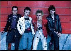 Formé en 1976 et dissous en 1986, ce groupe de punk rock britannique est entré au Rock and Roll Hall of Fame en 2003. Joe Strummer, décédé en 2002, était le chanteur du groupe. L'un de leurs albums est devenu l'un des plus grands albums de tous les temps. Il s'agit de l'album London Calling.