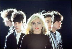 """Formé en 1974 par la chanteuse Debbie Harry et Chris Stein, ce groupe de rock américain a connu un véritable succès dans le monde entier avec son album Parallel Lines et notamment avec le single """"Heart of Glass"""" sorti en 1978. Le groupe s'est séparé en 1982."""