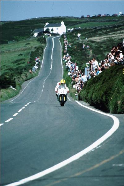 Qu'est ce qu'un voyage sur l'île de Man sans parler de cette course moto ? Comment se nomme-t-elle d'ailleurs ?