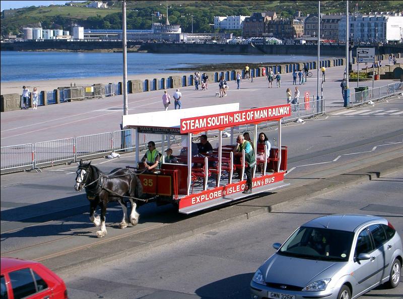 Pour visiter la baie de Douglas, vous empruntez le tramway hippomobile. La reine Élisabeth II l'a même déjà emprunté !Quelle est la particularité de ce tramway ?