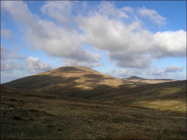 Vous allez maintenant un petit plus au nord, à une heure de route de Douglas. Voici le Snaefell, plus haut sommet de l'île de Man, qui culmine à...