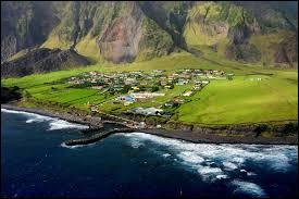Quelle est la plus grande ville de l'île Tristan de Cuhna, située dans l'océan Atlantique ?