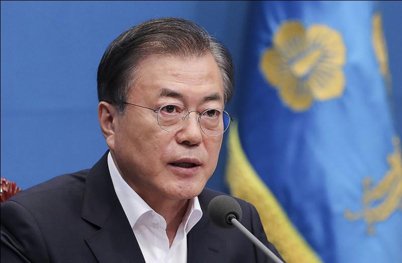 Moon Jae-in.Période : depuis le 10 mai 2017.Parti politique : Le Parti Minju.Tendance : libéralisme - progressisme - écologisme - réduction des inégalités.