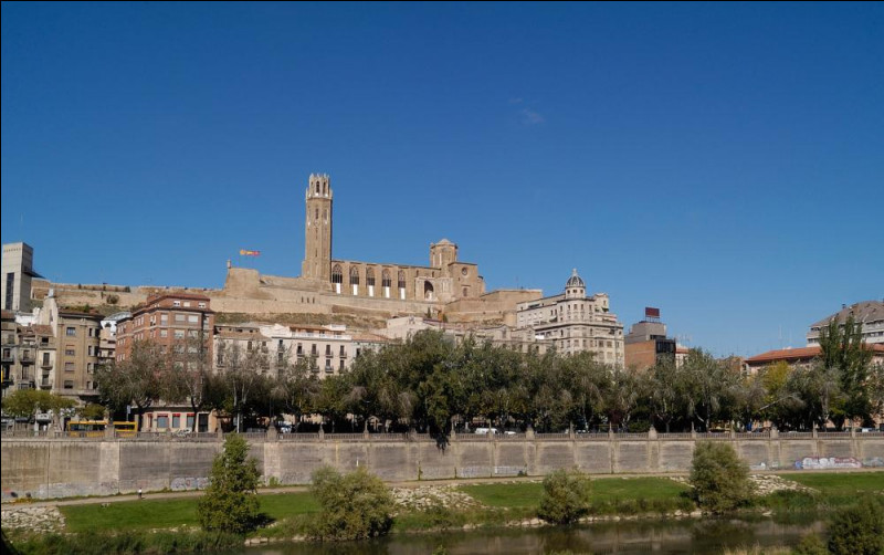 Ville espagnole de 135 000 habitants, située dans une région semi montagneuse de l'ouest de la Catalogne :