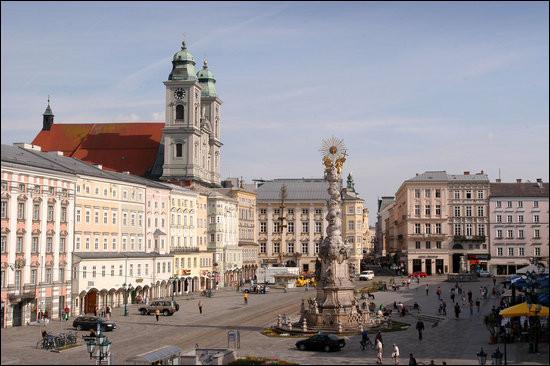 Grande ville autrichienne bordée par le Danube :