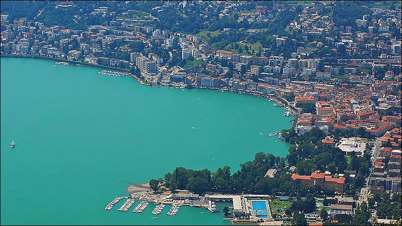 Ville suisse de 60 000 habitants, située dans le canton du Tessin, centre touristique et place financière :