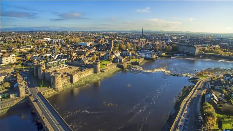 Ville d'Irlande, la 3e du pays avec 95 000 habitants, située dans l'ouest de l'île, bordée par le fleuve Shannon :