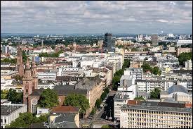 Ville allemande de 170 000 habitants, séparée de Mannheim par le Rhin, berceau de la grande entreprise chimique BASF dont le site s'étend au nord de la ville :