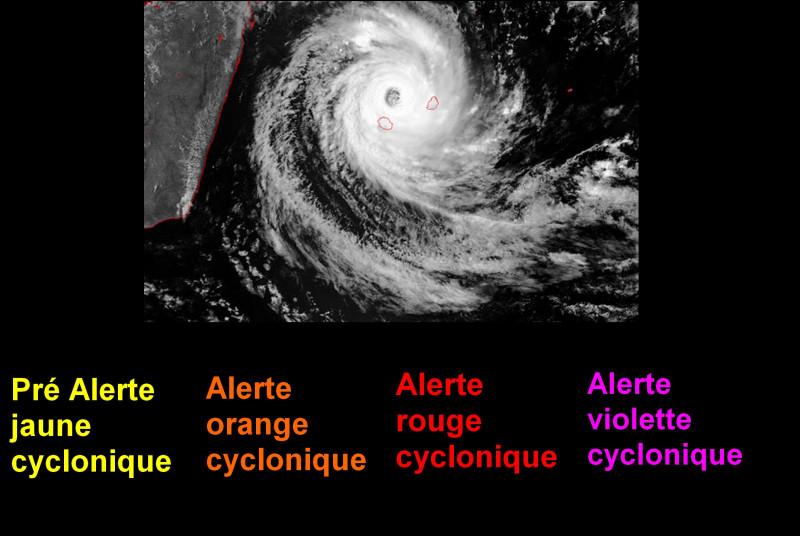 Les tempêtes ou les cyclones sont les plus connus. En moyenne, au moins un à deux phénomènes touchent l'île par an. Combien de niveaux d'alertes distinguez-vous ?