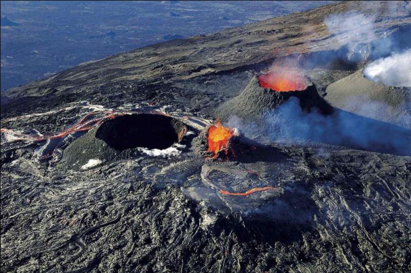 Revenons un court instant sur les risques naturels. Le Piton de la Fournaise est l'un des volcans les plus actifs au monde ! Chaque année, il offre un beau spectacle aux Réunionnais et aux touristes. Combien de niveaux d'alertes possède ce risque ?