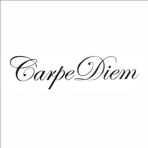 Que signifie littéralement la locution latine ''carpe diem'' ?