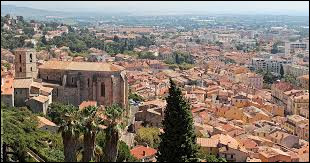 Dans quel département se situe la ville d'Hyères ?