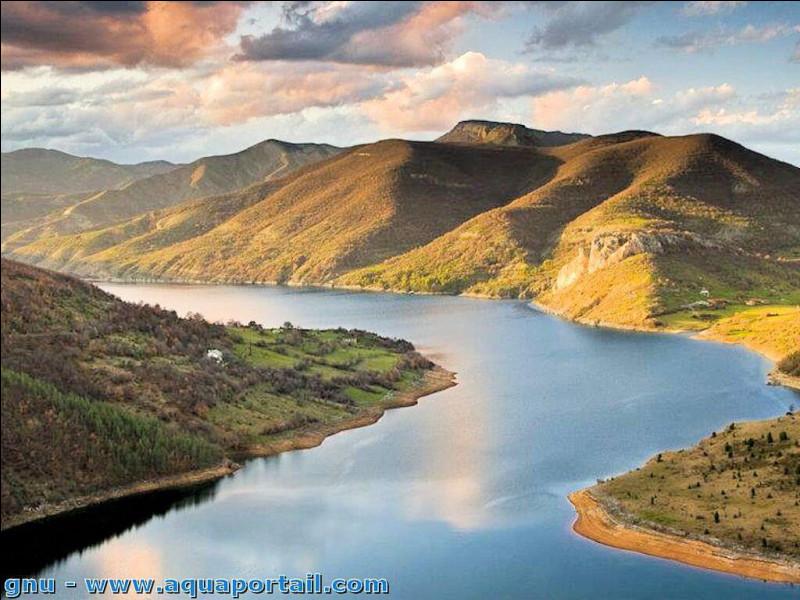 Bandes de terre qui bordent un cours d'eau important.