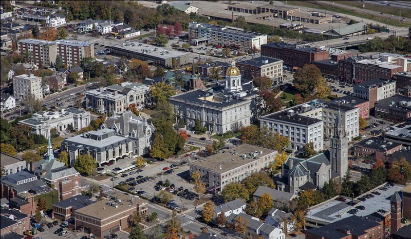 De quel Etat Concord, ville de 43 000 habitants située le long du fleuve Merrimack, est-elle la capitale ?