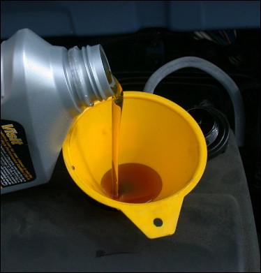J'ai demandé à mon mécanicien à quoi sert l'huile moteur. J'ai retenu quatre utilités mais je doute sur l'une d'entre-elle. Laquelle de ces propositions ne caractérise pas un effet de l'huile moteur ?